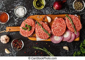 rauwe, grondrundvlees, vlees, biefstuk, kalfslapjes, met, keukenkruiden, en, spices.