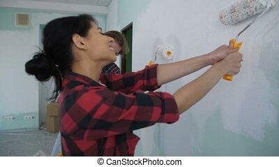 ravi, mur, rouleaux, couple, peinture, peinture
