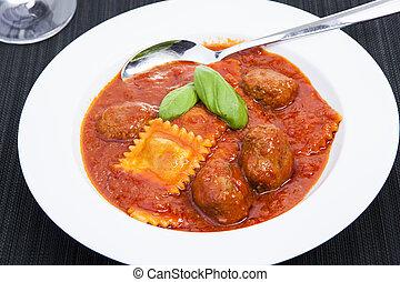 Ravioli und Hackbaellchen - Nudeln, Tomatensosse und Fleisch