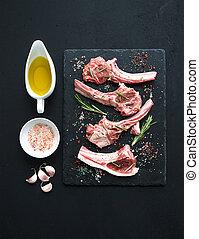Raw lamb chops. Rack of Lamb with garlic, rosemary and ...