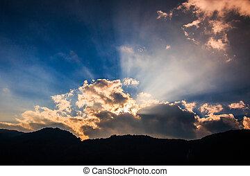 rayons lumière, briller, par, nuages sombres, pour, fond