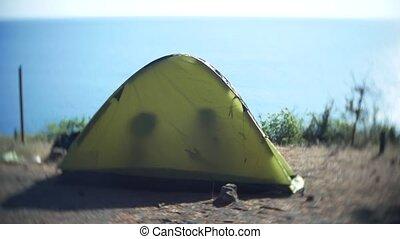 rayons, rocheux, gens, 4k., soleil, pass., rivage, conversation, silhouettes, rivage, par, tent., tente, touriste