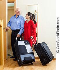 razem, para, walizki, dojrzały