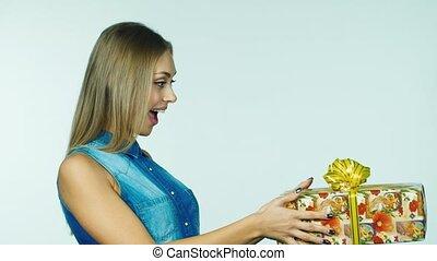 reçoit, femme, séduisant, cadeau