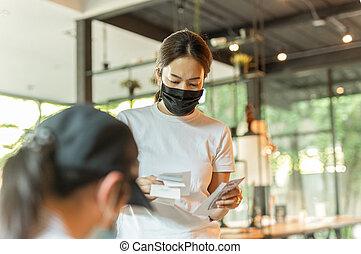 reçu, main, note, masque, femme, cafe., tenue, protecteur