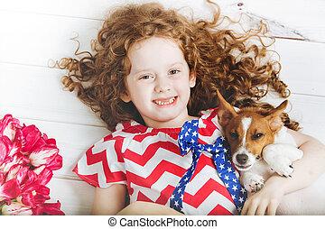 reír, desdentado, niña, abrazar, un, puppy.