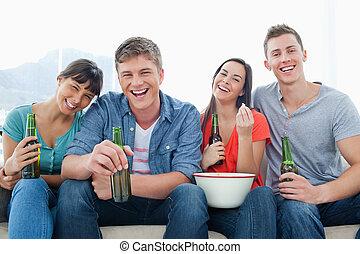 reír, grupo, sentarse, y, gozar, cerveza, y, algunos, palomitas