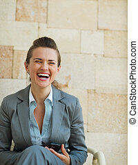 reír, mujer de negocios, se sentar sobre el sillón de la presidencia