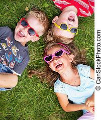 reír, niños, relajante, durante, día de verano