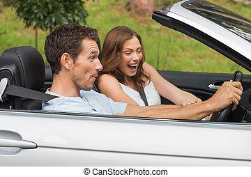 reír, pareja, conducción, en, un, convertible