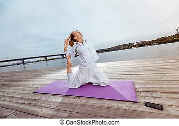 re, donna, yoga, seduta, atteggiarsi, piccione, one-legged