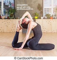 re, donna, yoga, seduta, stiramento, piccione, esercizio ...