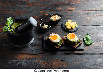 ??????? ?reakfast with pesto and eggs