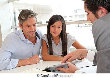 real-estate agent, viser, hus, planer, på, elektroniske,...