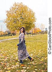 real, mulher, pessoas, parque, tendo, outono, divertimento, retrato, outdoors., sorrindo