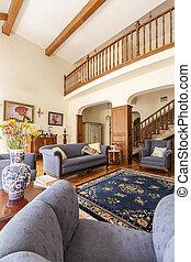 reale, vivente, tappeto, stanza, foto, porcellana, sofà blu, vaso, interno, fiori, scale