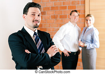 Realtor in apartment with couple - Realtor in an empty ...