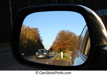 Rear view mirror - Cars comming from behind in the rear view...