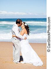recém casado, par beija, ligado, praia