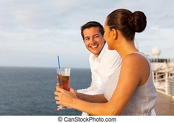 recém casado, par, tendo divertimento, ligado, cruzeiro