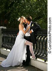 recentemente casado, par beija