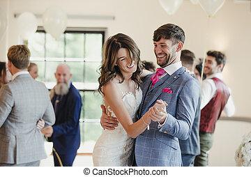 recentemente, wed, par dançando, com, seu, convidados
