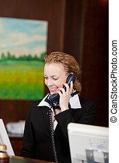 recepção, sorrindo, recepcionista, femininas, escrivaninha
