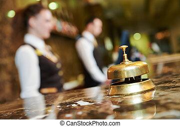 recepción del hotel, con, campana