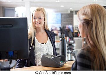recepcionista, ajudando, cliente, em, salão beleza