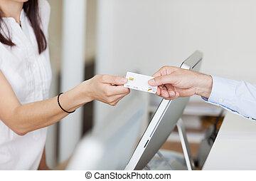 receptionist, krijgen, kaart, van, mannelijke , patiënt, in,...