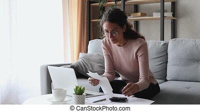 rechnungen, papier, oder, haltend geld, aufwendungen, paychecks, frau, berechnend, junger