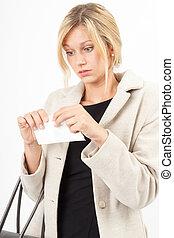 Rechnungsriss - Junge Blondine zerreißt Rechnung