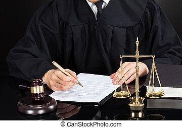 rechter, schrijvende , op, papier, op het bureau