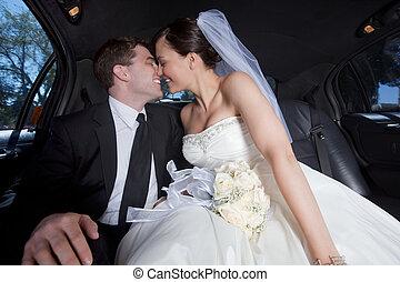 recién casado, pareja, en, limusina