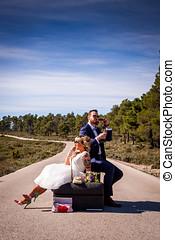 recién casado, pareja, postura, en, su, sofá, en el medio,...