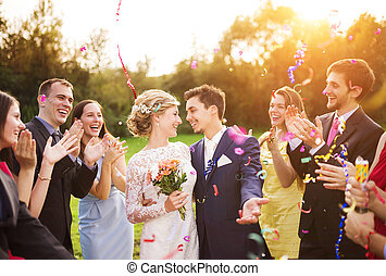 recién casados, con, huésped, en, su, recepción al aire...