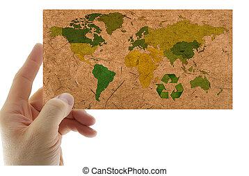 reciclado, papel, con, mapa, de, el mundo, en la mano