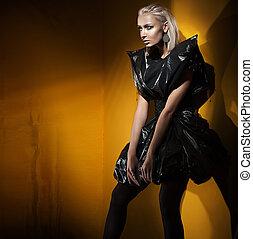 reciclaje, estilo, moda, tiro, de, un, dama joven