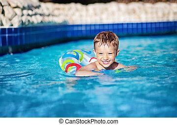 recurso, feliz, natação, jovem, ring., criança menino, piscina