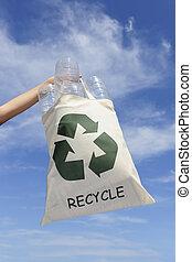 recycling:, hand houdend, zak, met, plastic flessen