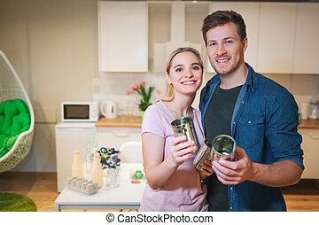 recycling., vasthouden, gezin, metaal, jonge, hergebruik, blik kan, achtergrond, het glimlachen, keuken