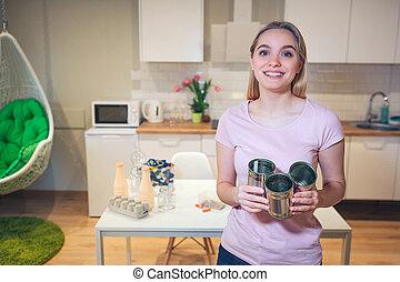 recycling., vrouw, hergebruik, metaal, jonge, blik kan, achtergrond, vasthouden, het glimlachen, keuken