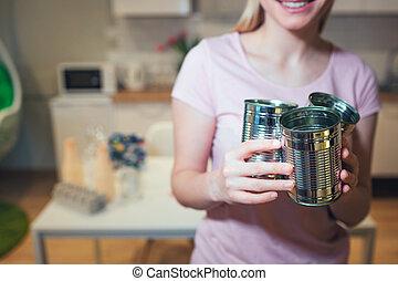 recycling., vrouw, verantwoordelijk, metaal, tin, bereid, milieu, terwijl, sorteren, blikjes, beschermen, thuis, afval