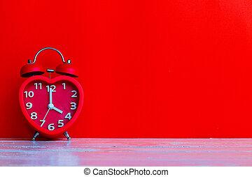 red clock mark at 4 o'clock