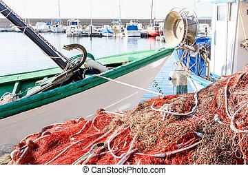 red de pesca, y, barcos, esperar, para, el, pequeño, marina.