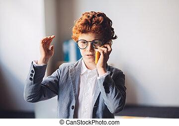 red-haired, 持つこと, スーツ, 呼出し, 男の子, 電話