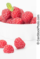red raspberry in a white bowl