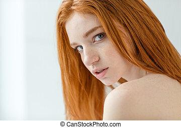 redhead, kvinna tittande, kamera
