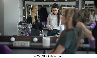 redresse, une, cheveux, seconde, brosse, coiffures, appliquer, avant, elle, blusher, créer, deux, leur, assaisonnement, vous, essuie, premier plan, nous, room., maîtres, homme, travail, voir, boîte