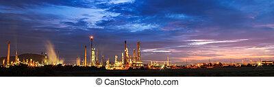 refinería de petróleo, con, salida del sol, o, crepúsculo, en, panorama.